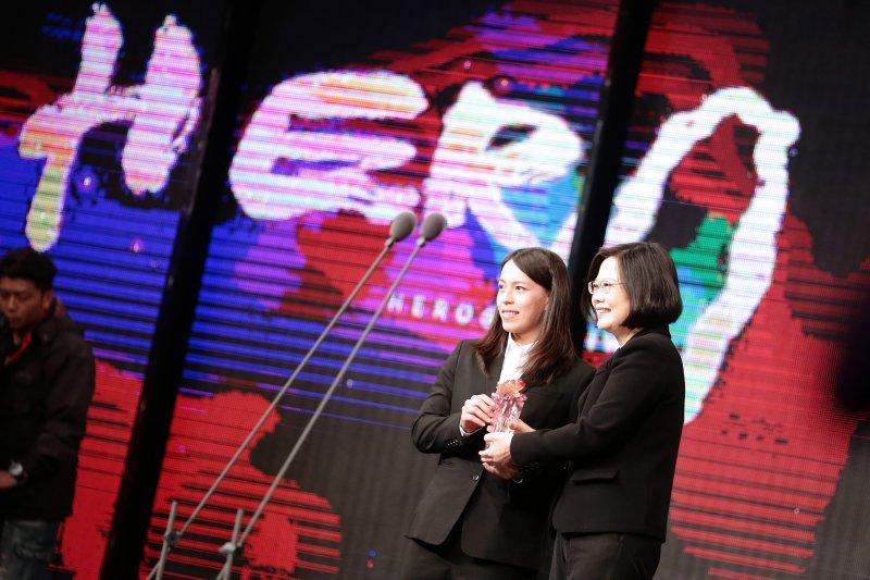 總統蔡英文(右)今(17)日出席三立電視「Hero at Taiwan」台灣真英雄頒獎典禮,頒發特別獎給里約奧運舉重銅牌郭婞淳。(取自總統府)