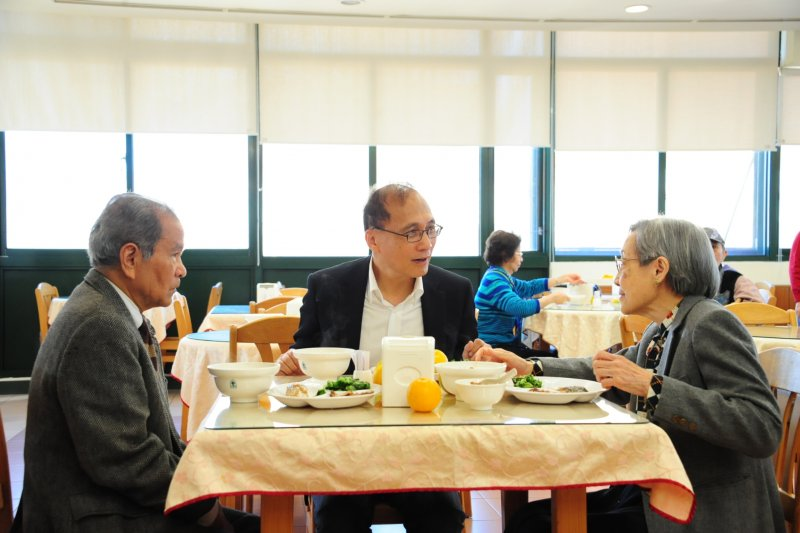 行政院長林全今(18)日參訪新北市三芝雙連安養中心,表示希望建立全國的長照體系及產業,並期盼結合健康福祉產業的開發,推展海外市場。(取自行政院)