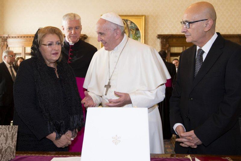 教宗方濟各17日接見馬爾他總統普雷卡(Marie Louise Coleiro Preca,左)(AP)