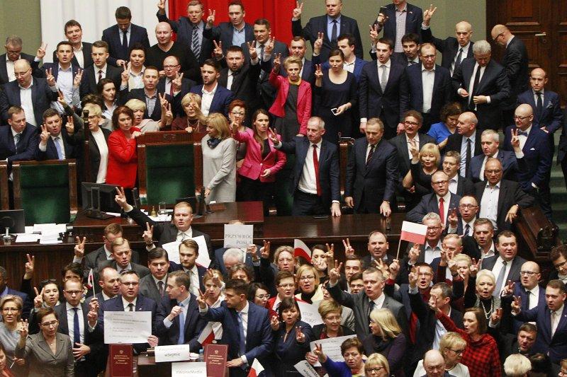 波蘭在野黨陣營霸占主席台,執政黨PiS自行到別的議事廳通過預算案(AP)