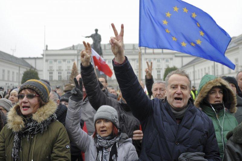 波蘭執政黨PiS打壓新聞自由,民眾高舉歐盟旗幟示威(AP)