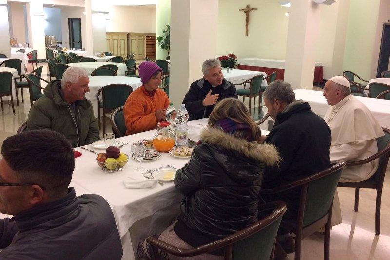 天主教教宗方濟各(Pope Francis)17日歡渡80大夀,與8位街友一同用餐(AP)