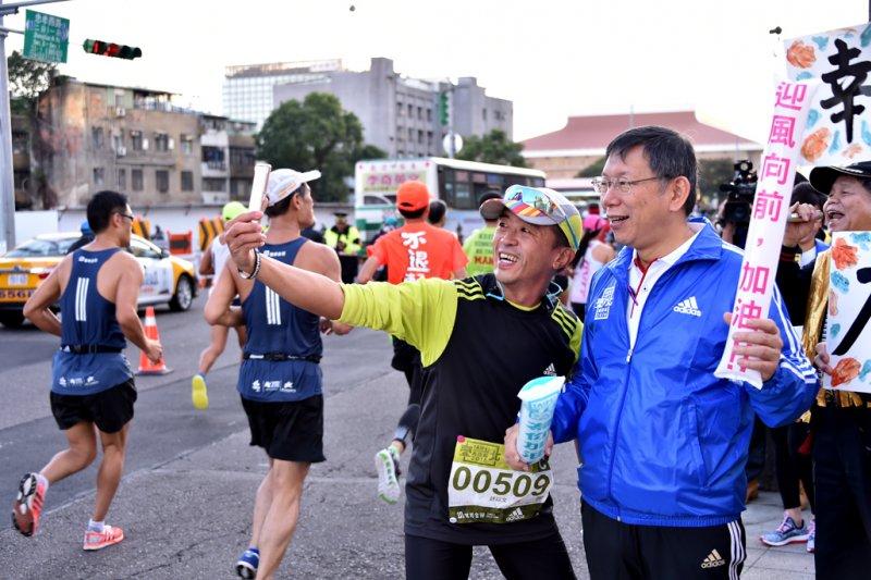 台北馬拉松,市長柯文哲參與並與參賽民眾合照。