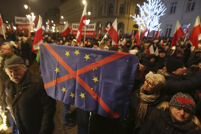 波蘭執政黨「法律與公正黨」的支持者高舉畫叉的歐盟旗幟,表達反歐盟立場(AP)
