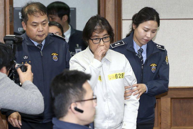南韓「親信門」主角、總統朴槿惠閨蜜崔順實19日首次出庭受審。(美聯社)