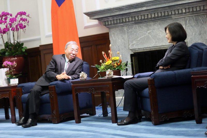 總統蔡英文在總統府接見台塑總裁王文淵。(總統府)