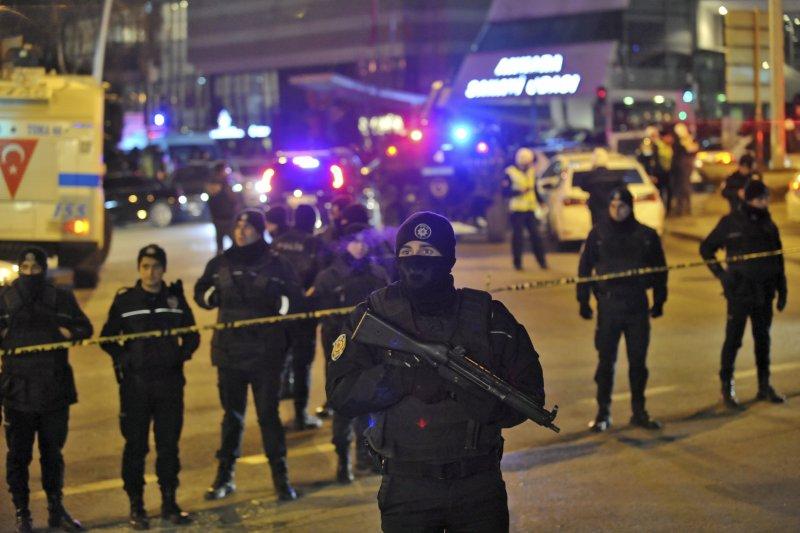 俄羅斯駐土耳其大使19日遭到槍殺,大批警察趕至現場(AP)