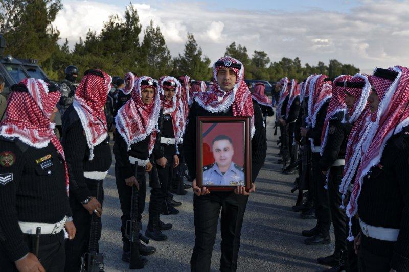 約旦南部景點卡拉克城堡一處警察巡邏點慘遭槍擊,造成6名員警、3名當地民眾及1名加拿大遊客身亡(AP)