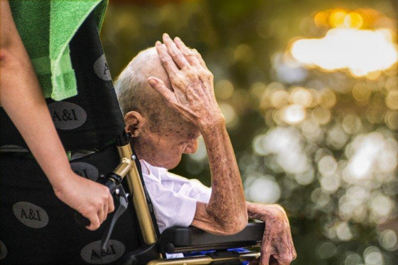 長期照護十分耗神,照顧者面臨的壓力也相當沉重。(圖/TusitaStudio@pixabay)