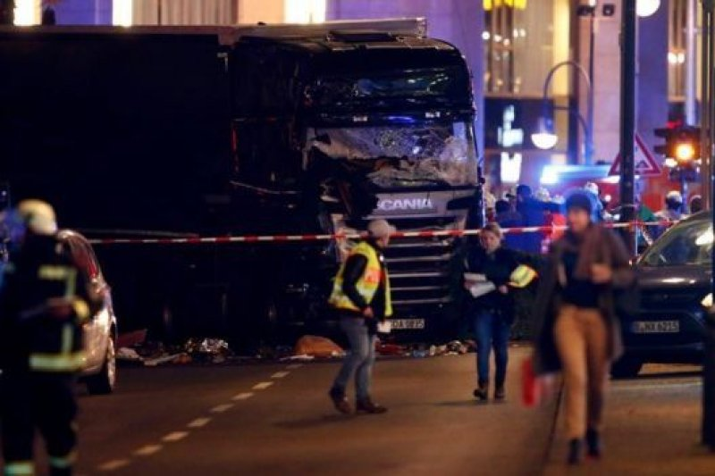 德國首都柏林市中心的聖誕集市遭到卡車衝撞襲擊。(BBC中文網)