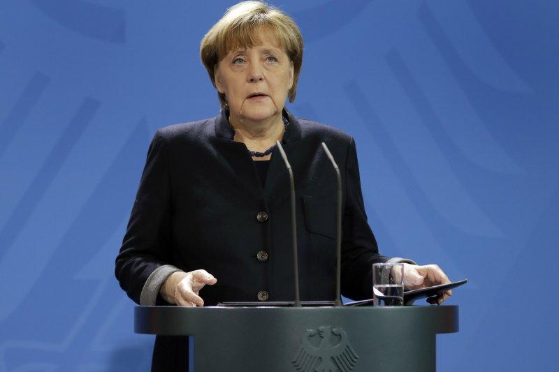 德國柏林發生卡車衝撞耶誕市集,造成12人死亡,總理梅克爾稱政府「假定」其為恐怖攻擊。(美聯社)