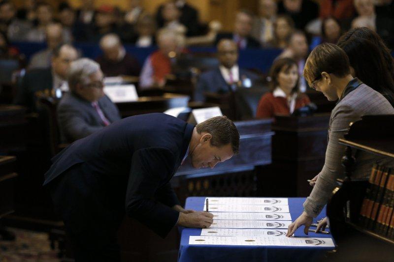 俄亥俄州的選舉人哈斯泰德(Jon Husted)在選舉文件上簽字。(美聯社)