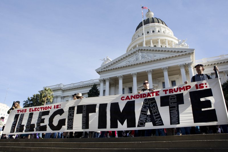 反川普的美國民眾在加州州議會外抗議,主張川普根本就是一個不合法的候選人。(美聯社)