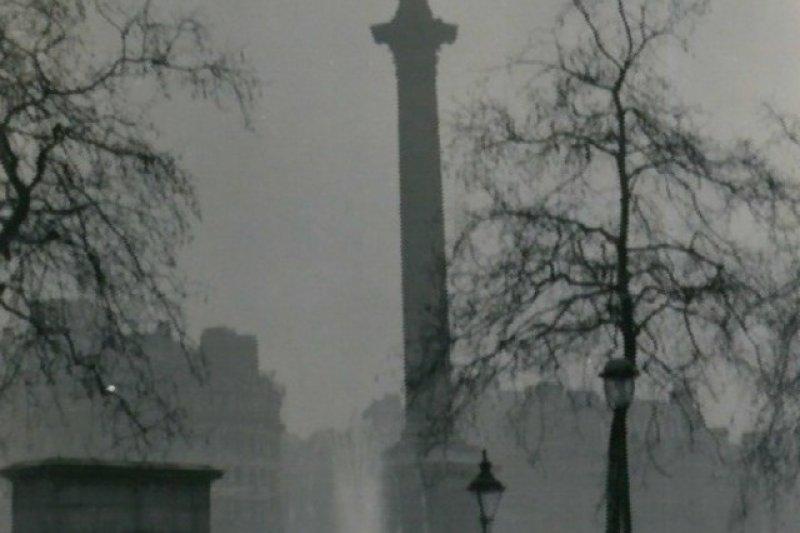 受工業革命大量燃煤所致,倫敦在1950年代以前的100年間有大約10次大規模煙霧事件,其中最嚴重、對健康危害最大的一次即1952年。圖為大霧籠罩的倫敦街頭納爾遜紀念柱(取自維基百科)