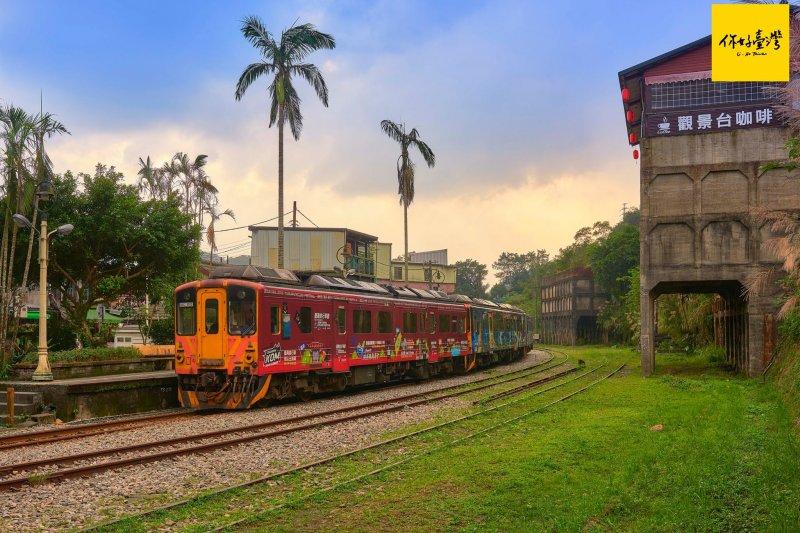 黃昏下的菁桐車站,車站對面褪了色的紅磚樓,是當時石底煤礦的儲煤櫃。(圖/你好臺灣)