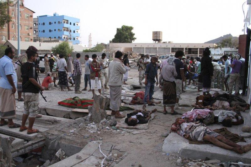 葉門南部大城亞丁一處軍營遭到IS自殺炸彈攻擊,造成至少52人死亡(AP)