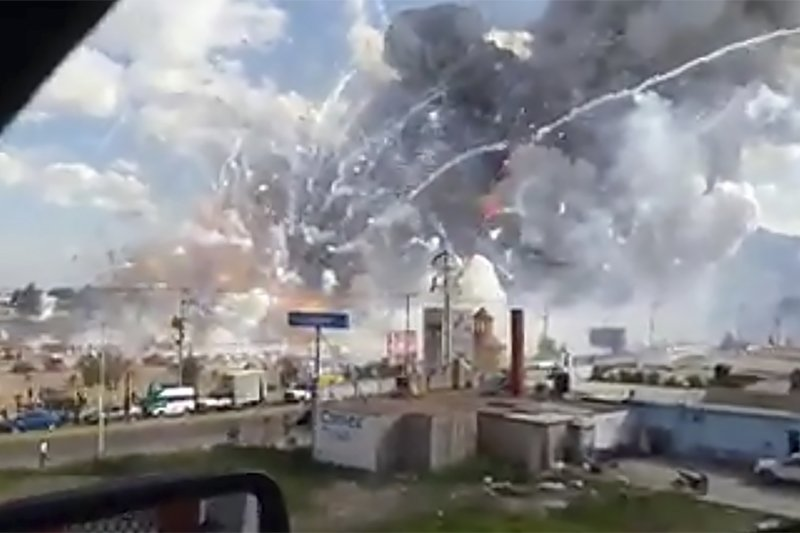 墨西哥圖爾特佩克市(Tultepec)的聖帕布立托(San Pablito)煙火市集爆炸,路過現場的駕駛拍攝的影片畫面彷彿戰地。(美聯社)