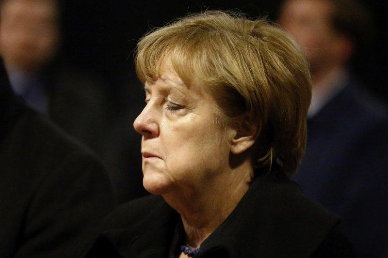 德國總理梅克爾20日在柏林威廉皇帝紀念教堂出席對卡車恐攻死難者的悼念活動。(美聯社)