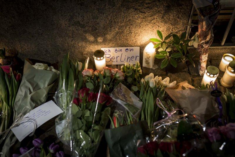 丹麥的德國大使館外,堆滿了民眾悼念柏林卡車恐攻死難者的花束與蠟燭。(美聯社)