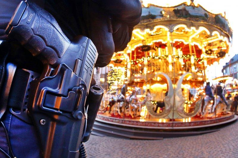 德國柏林的布來特榭德廣場於19日發生卡車恐攻事件,造成德國人心惶惶,法蘭克福的耶誕市集裡可以看到荷槍實彈的警察巡邏。(美聯社)