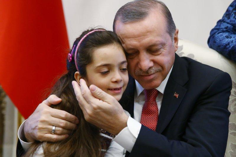 土耳其總統艾爾多安與敘利亞7歲的芭娜(AP)