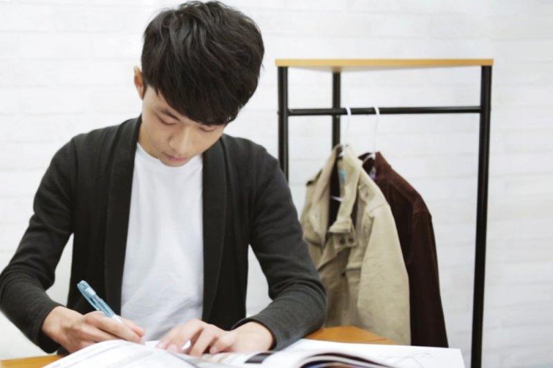 一名年紀才20出頭的小男生,不甘心看到「台灣製造」的美好、老師傅的工藝被埋沒,決定挺身而出,創業賣傢俱(圖/東東提供)