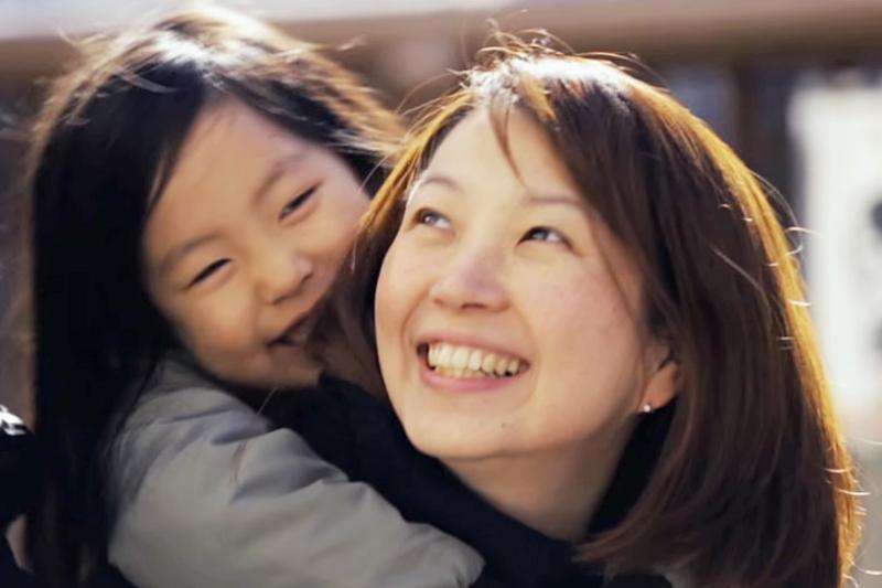 母親的樂觀開朗是會傳染給孩子的。(示意圖翻攝自youtube)