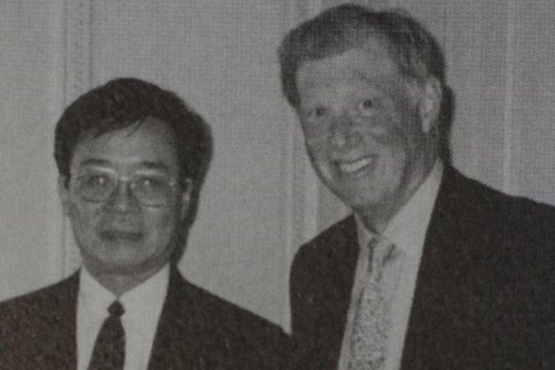 美國勞改基金會創始人吳弘達(左)。(圖取自美國之音)