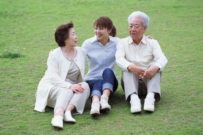 由於家庭少子化,中堅世代要承擔的撫養責任將是以往的兩倍。(圖/擷取自TUKU)
