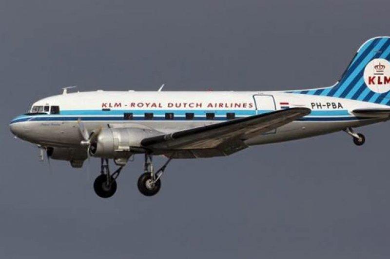 第二次世界大戰開打前夕,荷蘭皇家航空機隊中最常見的機種就是畫面中的DC-3。可以載客30人,附有床位,並且是航空史上首次設有空中廚房的機種。二戰爆發的時候,許多KLM的DC-3飛機正在歐洲以外執行勤務,他們被總部要求不要返航。戰爭期間,KLM的DC-3亦被改裝成軍用運輸機在英吉利海峽上服役。 (圖:Airliner.維基百科/想想論壇提供)