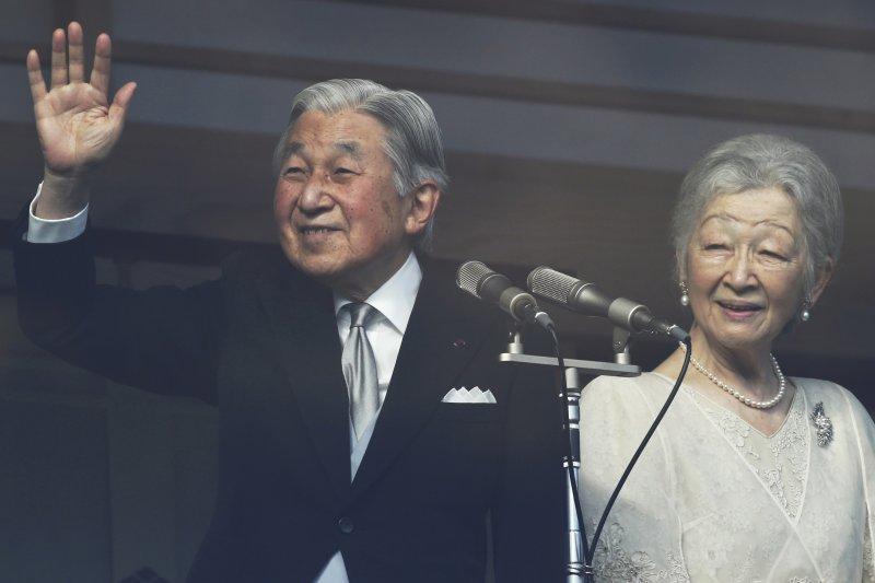 日本明仁天皇2016年12月23日歡度83歲生日,與皇后美智子向祝賀民眾揮手。(AP)