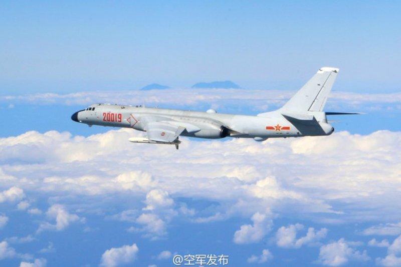 傳出中共軍機19日闖入我方防空識別區,我方空軍地面戰管人員在2個小時內喊話超過45次,要求共機掉頭離開。圖為日前轟六戰機繞台。(資料照,取自中國空軍微博)
