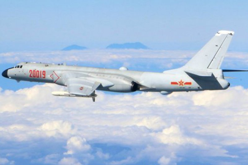 共機2016年下半年度連續4次遠航訓練,而後2次還出第一島鏈繞台。圖為中國空軍所發布,疑似共機轟6K繞台拍照。(取自微博@空軍發布)