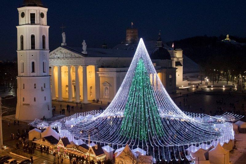 聖誕節將至,世界各國聖誕樹也爭奇鬥艷。圖為立陶宛維爾紐斯的聖誕樹(AP)