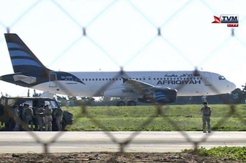 滿載118人的泛非航空客機船遭劫持,被迫降落在馬爾他國際機場。(美聯社)