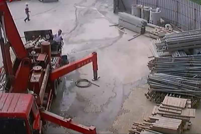 大溪高中鷹架倒塌(畫面翻攝)