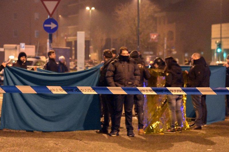 義大利警方23日擊斃恐攻嫌犯安姆里後,在死者旁拉起封鎖線與塑膠布。(美聯社)
