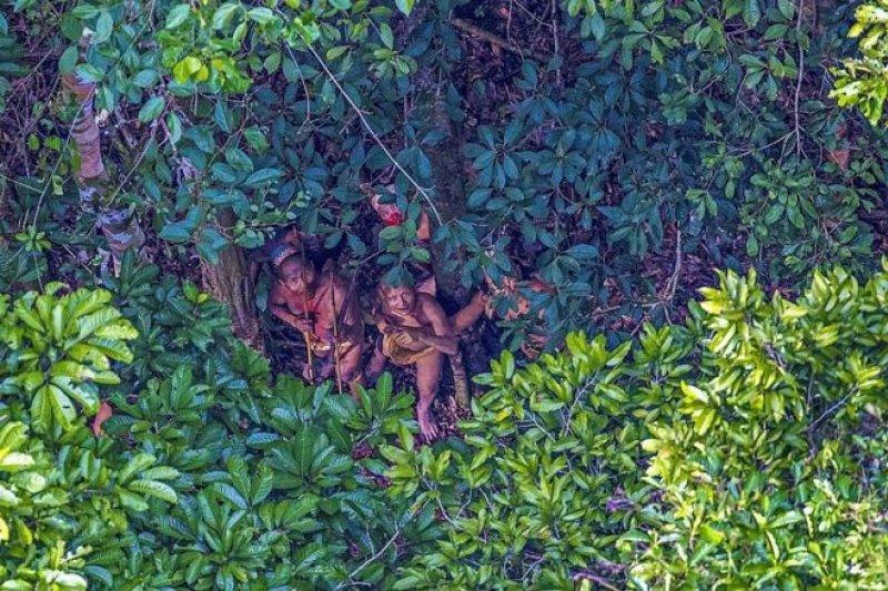 巴西攝影師拍攝到亞馬遜森林中從未與外界接觸的部落。(圖取自BBC中文網)