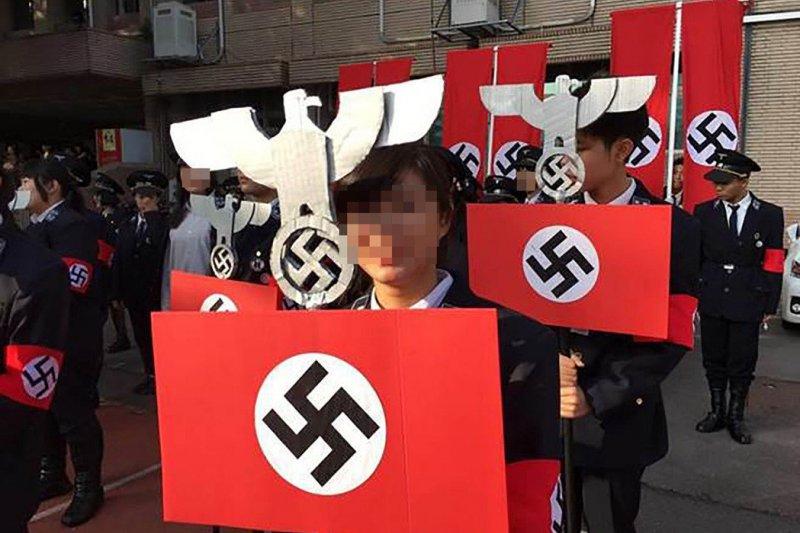 新竹光復高中學生公然扮成納粹,還高舉納粹旗,引發軒然大波。(取自網路)