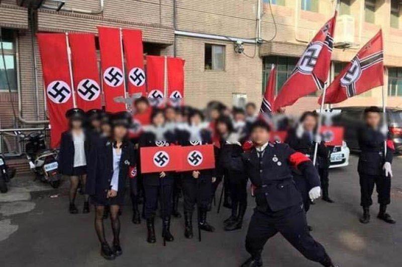 新竹市光復高中學生,於23日下午在校方舉辦的變裝遊行活動中模仿納粹軍團,照片公開後引發眾多網友批評。(取自網路截圖)