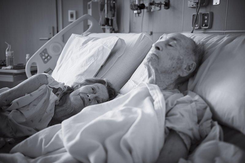 94歲的美軍退休上校莫里斯與91歲的妻子艾勒絲。(貝爾沃堡社區醫院網站)