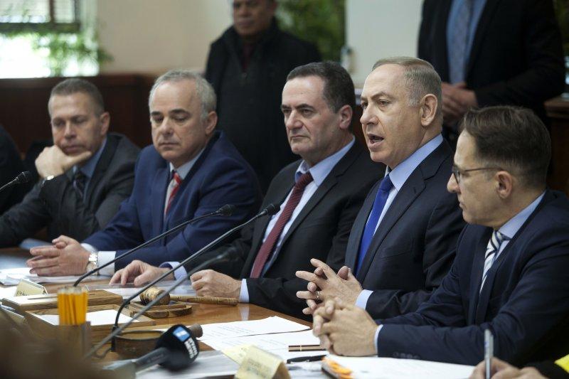 以色列總理納坦雅胡(右2)在內閣會議中痛批聯合國安理會決議(AP)