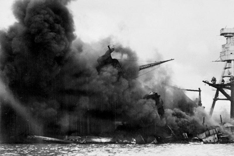 1941年12月7日日本襲擊珍珠港時沉沒中的亞利桑那號戰艦。(維基百科)