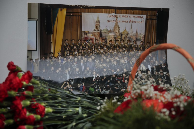 俄羅斯民眾獻花哀悼軍機「圖─154」空難的罹難者,其中有許多喪生的乘客是亞歷山大洛娃歌舞團的成員(AP)