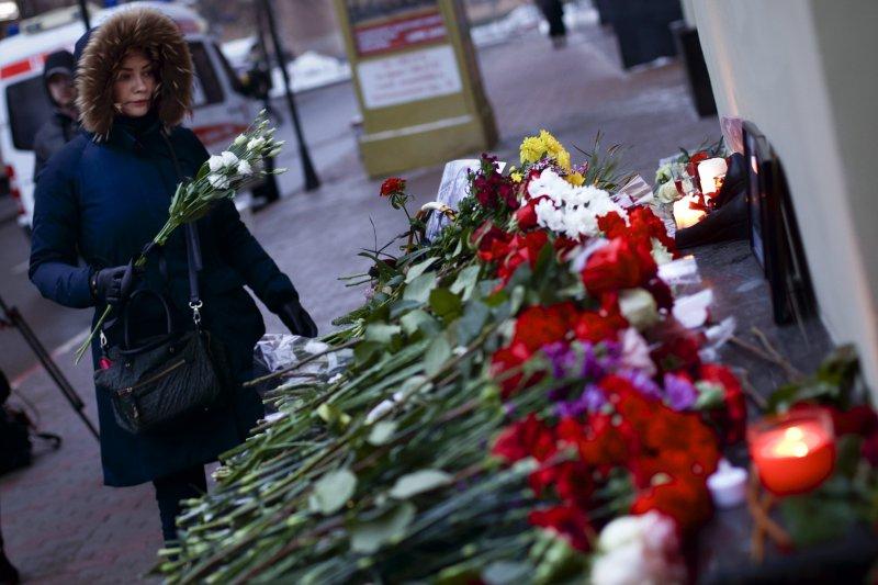 俄羅斯民眾獻花哀悼軍機「圖─154」空難的罹難者(AP)