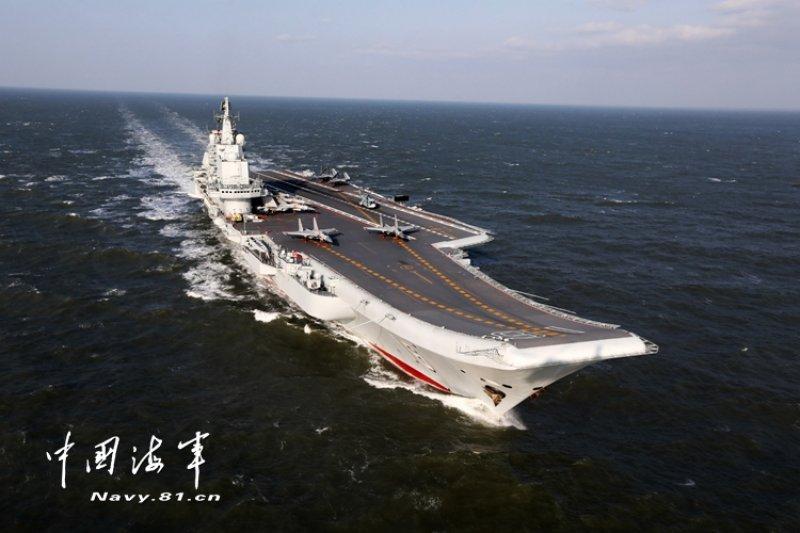 2016年12月下旬,中國「遼寧號」航母在5艘作戰艦護衛下,在進入南海的過程中,一路都與臺灣東岸「擦身而過」,遼寧艦結束任務後,回程貼著臺灣海峽中線以西直接穿越海峽,完成繞臺灣一圈