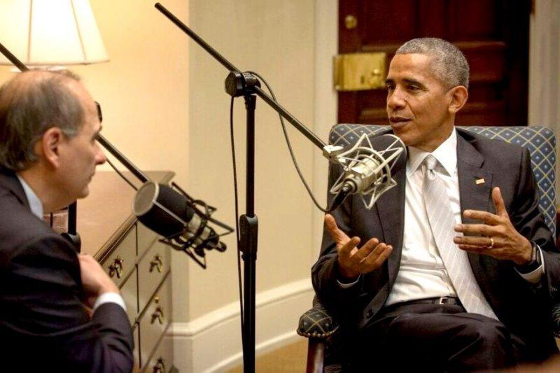 歐巴馬與艾西洛德在節目中侃侃而談。(David Axelrod@Twitter)
