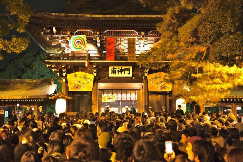 除夕子夜,日本各處大小寺廟都會響起108下鐘聲,稱為除夕敲鐘。(圖/Yoshikazu TAKADA@flickr)