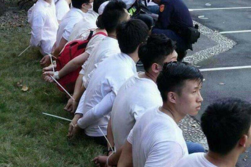 抗議民眾雙手遭警方以束帶反綁坐在地上,前台南縣長蘇煥智表示,民進黨政府必須要給合理解釋,以免被人譏笑是換了位置就換了腦袋。(取自蘇煥智臉書)