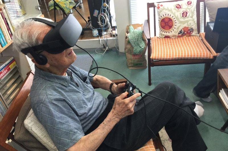 今年94歲的都竹卓郎正在透過VR觀賞當年曾經服役的大和艦。